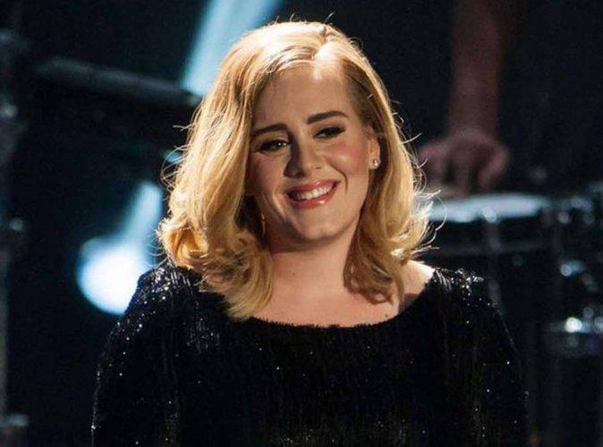 Adele : en plein concert, elle aide une fan à faire sa demande en mariage !