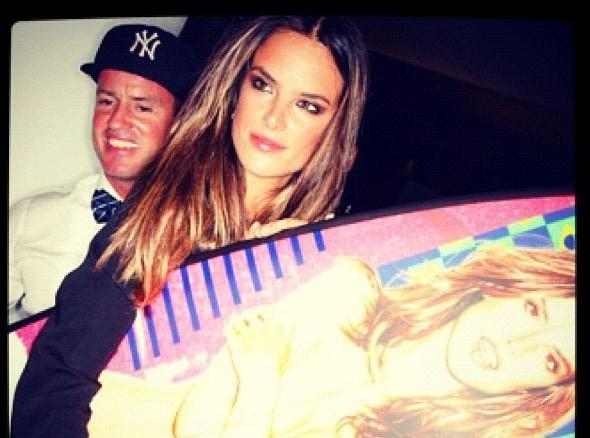 Alessandra Ambrosio : elle peut se vanter d'avoir une planche de surf à son éffigie !