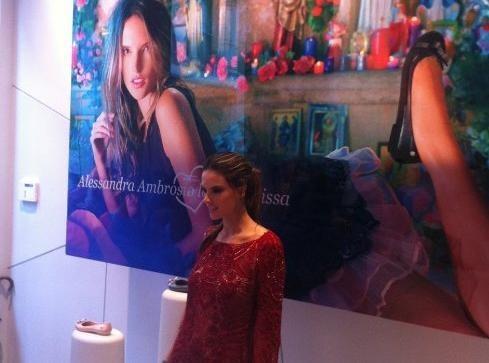 Alessandra Ambrosio : la top brésilienne dévoile avec sex-appeal sa ligne de chaussures en collaboration avec Melissa Shoes !
