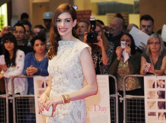 Anne Hathaway : adoubée par Batman en personne !