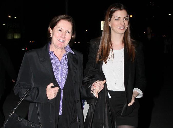 Anne Hathaway : toujours avec sa maman !