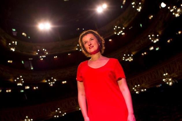 « Anne [Rouge] Manoff » : prête à faire rire Bruxelles ce soir !