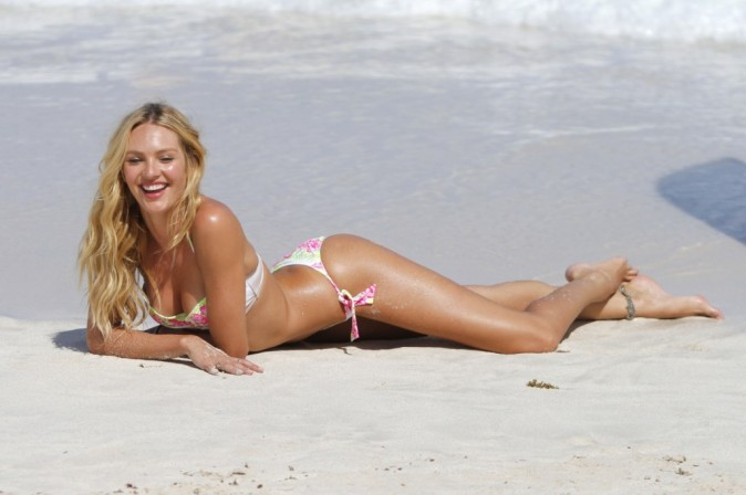 Candice Swanepoel : mini triangle et string des plus hot... La top s'éclate à la plage !
