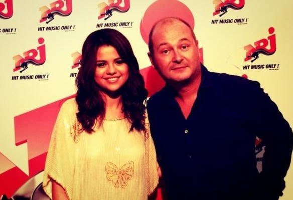 Cauet : il demande à Selena Gomez de le suivre sur Twitter !