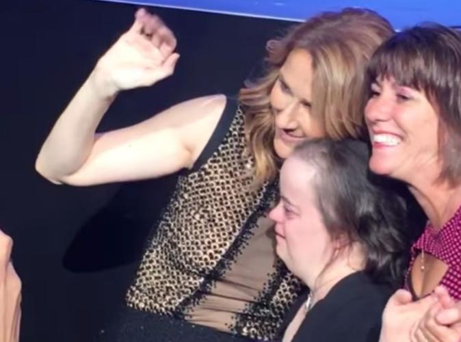 Céline Dion : En plein concert, elle offre un souvenir émouvant, tendre et inoubliable à une fan handicapée !