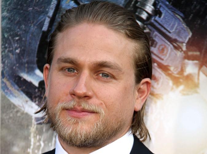 Charlie Hunnam dans les mêmes draps que Dakota Johnson dans 50 Shades of Grey !