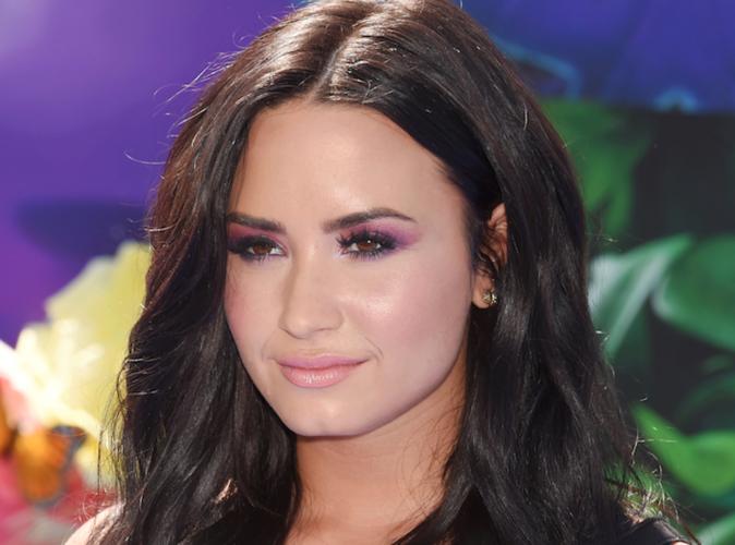 Demi Lovato : Elle nous présente son décolleté chaud chaud chaud !