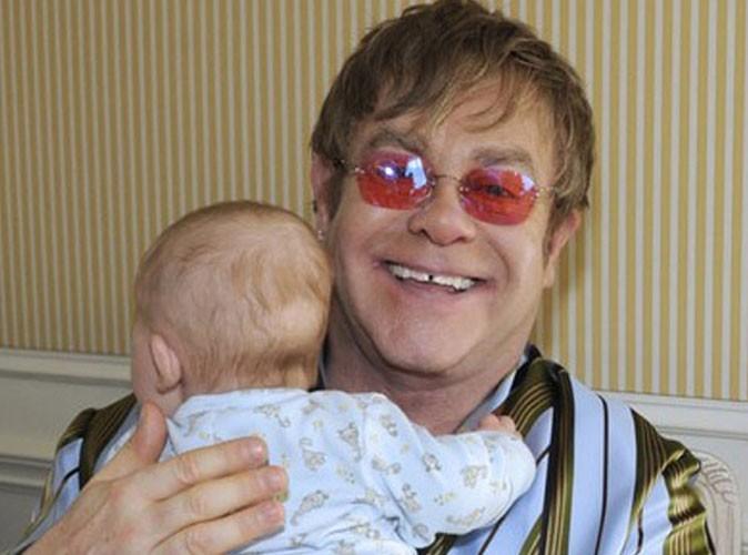 Elton John se fait livrer le lait maternel de son fils Zachary par coursier !