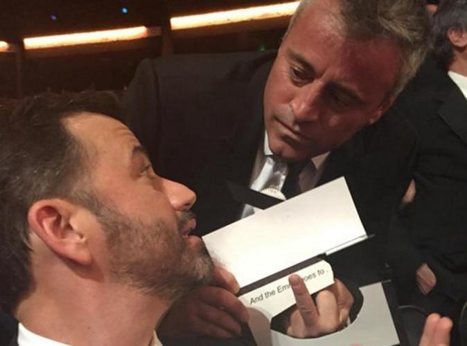 Emmy Awards 2015 : mais pourquoi Matt LeBlanc a fait un doigt d'honneur à Jimmy Kimmel ?