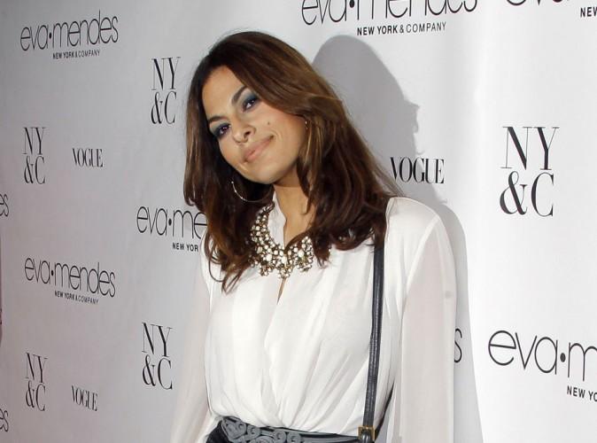 Eva Mendes : enceinte de 7 mois, elle attendrait son premier enfant avec Ryan Gosling !