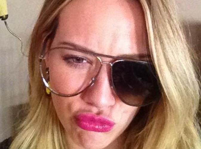 Hilary Duff : une drôle de tête avec ses lunettes cassées !