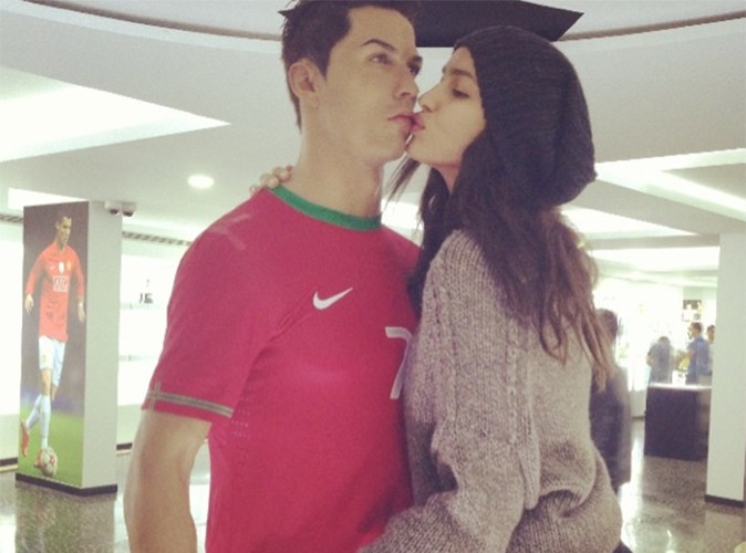 Irina Shayk : même en statue de cire, elle ne résiste pas au charme de son Cristiano Ronaldo !