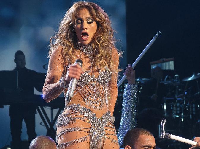 Jennifer Lopez : La chanteuse craque son costume en plein show !