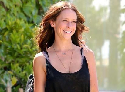 Jennifer Love Hewitt : elle dévoile pour la première fois sa bague de fiançailles et son baby-bump à Florence en Italie !