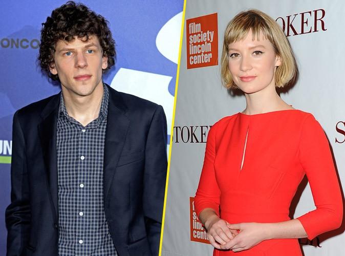 "Jesse Eisenberg : le héros de ""The Social Network"" en couple avec Mia Wasikowska !"