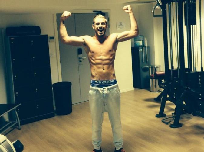 Julien Bert (Les Anges) : le beau gosse se déshabille et dévoile fièrement ses muscles !