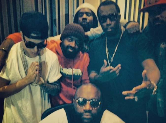 Justin Bieber : torse nu et ultra bling bling pour une grosse soirée avec Diddy, Rick Ross, Jermaine Dupri, et bien d'autres...