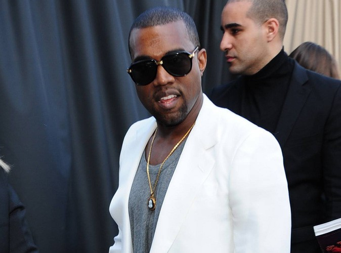 """Kanye West : Le célèbre rappeur s'est trouvé une jolie """"pépé"""" pour son séjour à Cannes !"""