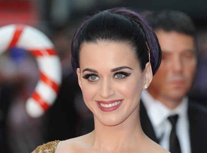 Katy Perry : elle range son portable entre ses seins…
