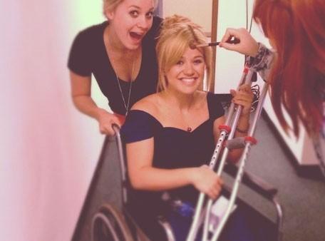 Kelly Clarkson : la pauvre chanteuse est en fauteuil roulant !