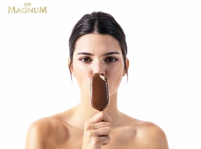 Exclu Public : Kendall Jenner : égérie Magnum, elle croque Cannes à pleines dents !