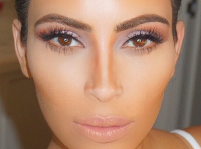 """Kim Kardashian : elle nous donne un cours de """"Kontouring"""" !"""