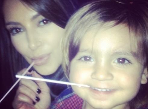 Kim Kardashian : elle sait aussi jouer les baby-sitter !