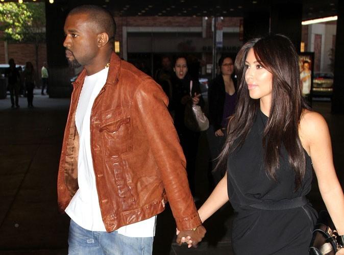 Kim Kardashian : toute pimpante pour le lancement de sa ligne bijoux, sous le regard très ennuyé de son chéri Kanye !