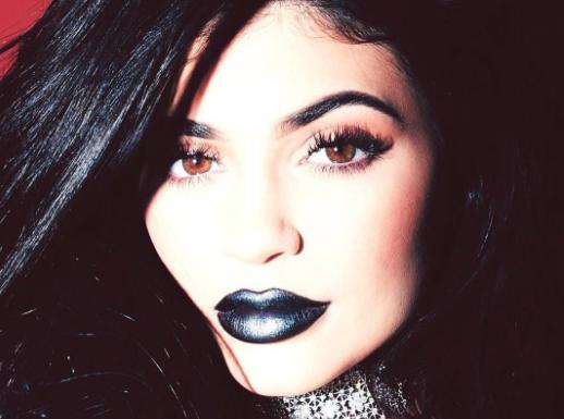 Kylie Jenner : T�ton visible et corps huil�, elle est pr�te � tout pour ses lipsticks !