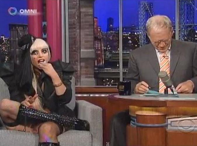 Lady Gaga mange une feuille de papier sur un plateau de télé us !