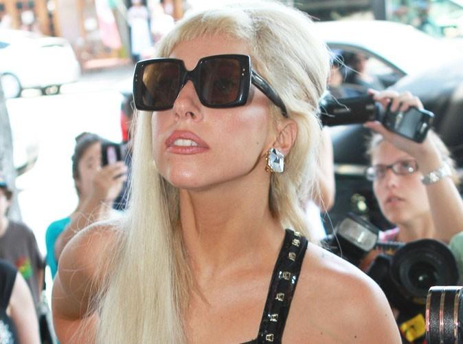 Lady Gaga : seins à l'air et chaussures démesurées pour un diner huppé !