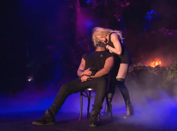 elle se fait fister elle se fait baiser devant tout le monde