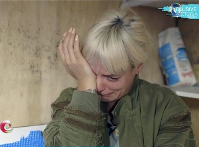 Lily Allen visite la jungle de Calais et fond en larmes