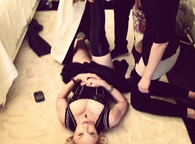 Madonna : une paire de cuissardes, trois personnes pour lui enfiler... THE diva ?