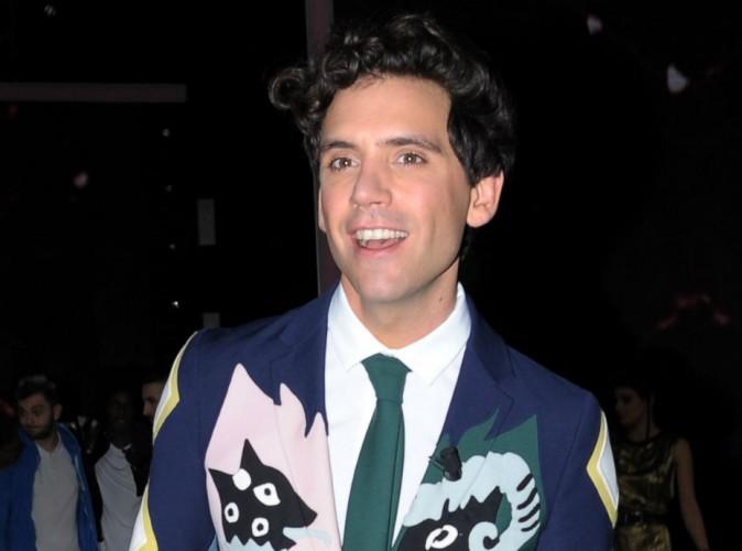"""Mika : le coach de The Voice va-t-il enfin renouer avec le succès ? Découvrez """"Talk About You"""" !"""