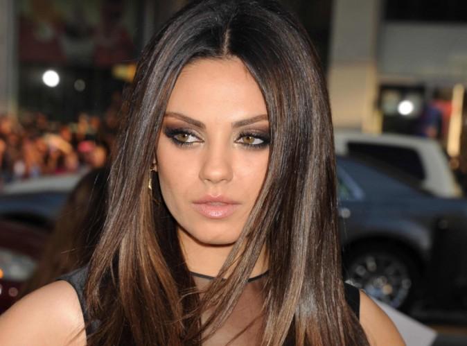 Mila Kunis : elle a beau nier sa romance avec Ashton Kutcher... Un bisou, ça ne trompe personne !