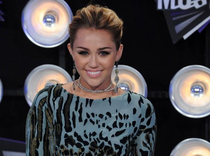 Miley Cyrus : elle ne vire pas mal, elle explore juste sa sexualité…