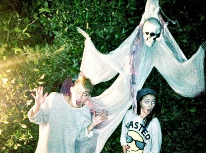 Miley Cyrus : en culotte pour préparer Halloween !