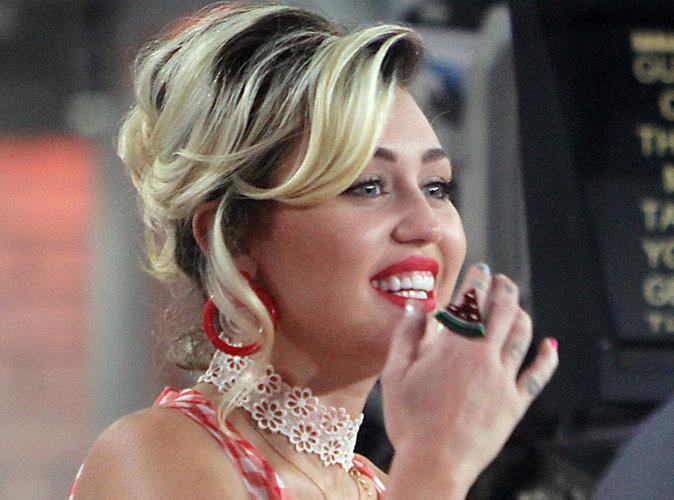 Miley Cyrus : La chanteuse se laisse tripoter sur scène