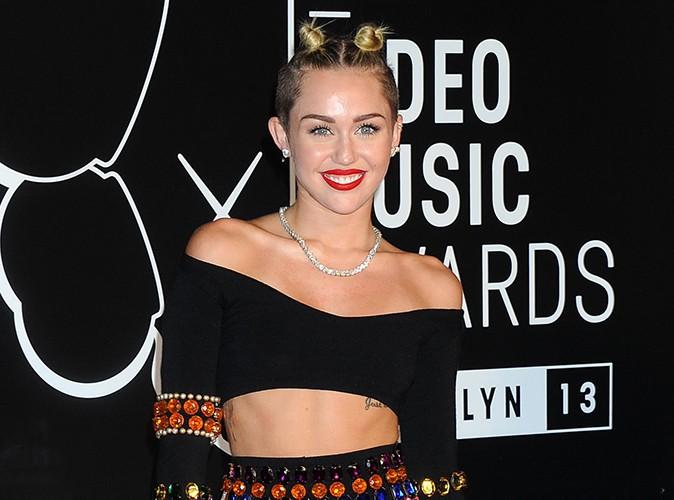 """Miley Cyrus répond aux critiques : """"Je m'en fiche, je bats des records donc je gagne !"""""""