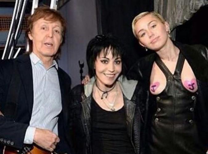 Miley Cyrus : seins à l'air pour déclarer sa flamme à Joan Jett !