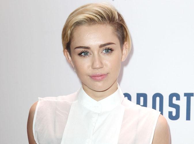 """Miley Cyrus : """"Si vous voulez fumer de l'herbe, vous allez en fumer. Il n'y a rien que deux petites filles puissent vous faire faire !"""""""