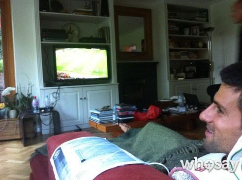 Novak Djokovic : bien installé pour regarder le foot !