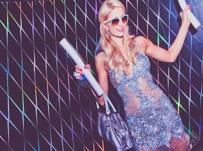 """Paris Hilton : """"Regardez à quel point le papier peint est cool. Je veux le même pour chez moi!"""""""