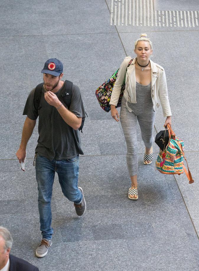 Miley Cyrus et Liam Hemsworth à l'aéroport de Brisbane en Australie