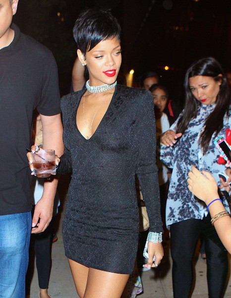 Rihanna, sexy dans sa robe noire, New York, le 25 août 2013