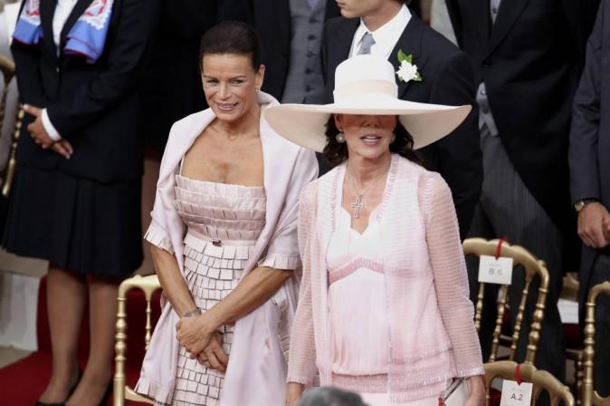 Caroline se cache sous son grand chapeau