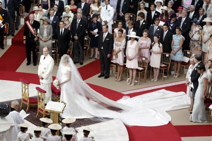 La longue traîne de Charlène a souvent posé problème au cours de la cérémonie