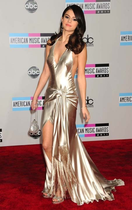 Selena Gomez, fatale en Giorgio Armani