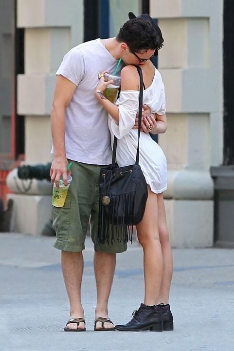 Ashlee Simpson et Vincent Piazza, débordants d'affection lors de leur balade à New York, le 10 juillet 2011.
